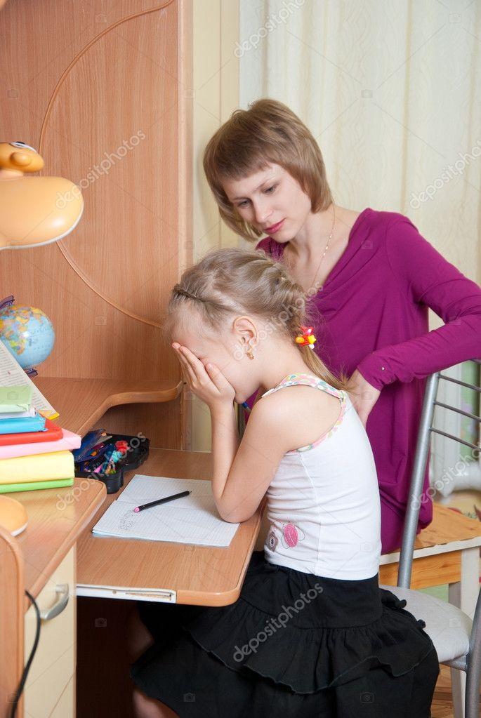 Девушка делает уроки - Стоковое фото Genika #8343778