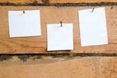 Papier op een oude houten achtergrond — Stockfoto
