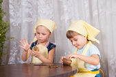 Dvě dívky čisté brambory — Stock fotografie