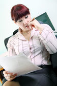 Businesswoman reads documents — Stock Photo