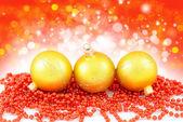 Weihnachten-komposition ist mit gold kugeln — Stockfoto