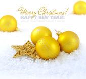 Vánoční skladbou je zlaté kuličky a hvězdou na sněhu — Stock fotografie