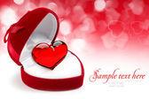 Röd sammet hjärtformade presentförpackning med hjärta på en festlig backgro — Stockfoto