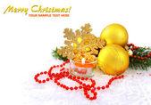 金ボール、雪の上の蝋燭はクリスマス組成です。 — ストック写真
