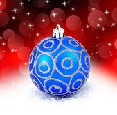 赤い背景の上に分離されて青いクリスマス ボール — ストック写真