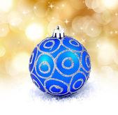 Niebieski piłka boże narodzenie na białym tle na złotym tle — Zdjęcie stockowe