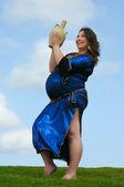 快乐怀孕女孩跳舞 — 图库照片