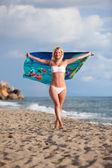 Bella donna, godendo della brezza di mare — Foto Stock