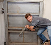 Man closes the metal door — Stock Photo