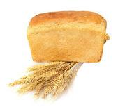 Chléb a pšenice na bílém pozadí — Stock fotografie