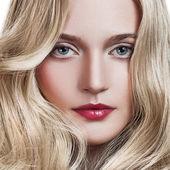 Hermosa chica rubia. pelo largo y rizado sano. — Foto de Stock
