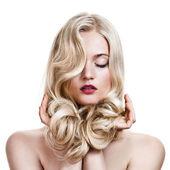 Güzel, sarışın bir kız. sağlıklı uzun kıvırcık saç. — Stok fotoğraf