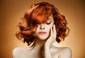 Skönhet porträtt. lockigt hår — Stockfoto