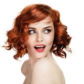 Beyaz zemin üzerinde gülümseyen güzel kadın portre — Stok fotoğraf