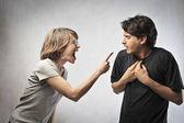 Zły kobieta wskazując palcem przed mężem — Zdjęcie stockowe