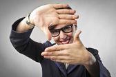 Empresária sorridente fazendo um quadro com as mãos — Foto Stock