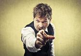 Hombre furioso apuntando su dedo contra alguien — Foto de Stock