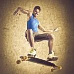 Улыбающийся молодой человек Скейтбординг — Стоковое фото