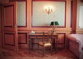 Starožitný kancelář v luxusním hotelovém pokoji — Stock fotografie