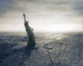 Statua wolności w suszonych krajobraz — Zdjęcie stockowe