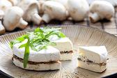 Käse brie gefüllt mit gerösteten pilzen — Stockfoto