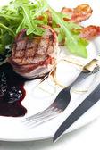 Entrecot de ternera a la brasa en tocino con salsa de enebro y vino tinto — Foto de Stock