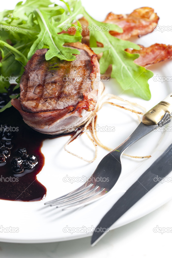Beefsteak grilled in bacon with sauce of juniper and red wine — Stock Photo #10309856