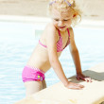 Little girl in swimming pool — Stock Photo