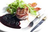Befsztyk z grilla w boczku z sosem z jałowca i czerwonego wina — Zdjęcie stockowe