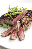Grilled beefsteak pickled in Dijon mustard with ruccola — ストック写真