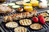 肉扦和蔬菜上电烧烤炉 — 图库照片
