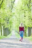 春の路地にゴムを着ている女性をブーツします。 — ストック写真