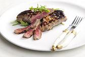Dijon hardalı ruccola ile turşusu ızgara biftek — Stok fotoğraf