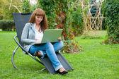 Mladá žena, pracující na laptop — Stock fotografie