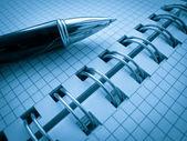 öppna anteckningsbok med penna — Stockfoto