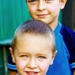 zwei glückliche Jungs - Brüder und Freunde — Stockfoto