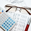 rapport financier - calculatrice, verres et papiers — Photo
