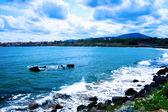 Paisagem - ondas do mar e céu azul nublado — Fotografia Stock