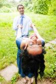 Gelukkig vreugdevolle paar plezier outdoor — Stockfoto