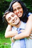 Sourire d'embrasser le couple joyeux heureux — Photo