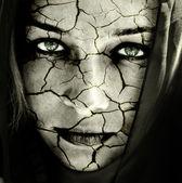 Rostro de mujer con piel agrietada — Foto de Stock