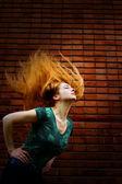 モーションの髪を持つ女性のグランジ ファッション撮影 — ストック写真