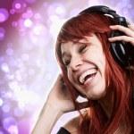 mutlu bir kadın müzik kulaklık ile eğleniyor — Stok fotoğraf