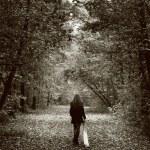 mujer triste solitaria en el camino de madera — Foto de Stock