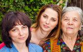 Familjen - dotter barnbarn och mormor — Stockfoto