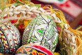 Pascua pintados los huevos en la cesta tradicional — Foto de Stock
