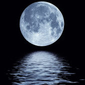 Full moon over water — 图库照片