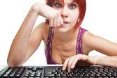 Zły kobieta na komputerze surfowanie po internecie — Zdjęcie stockowe