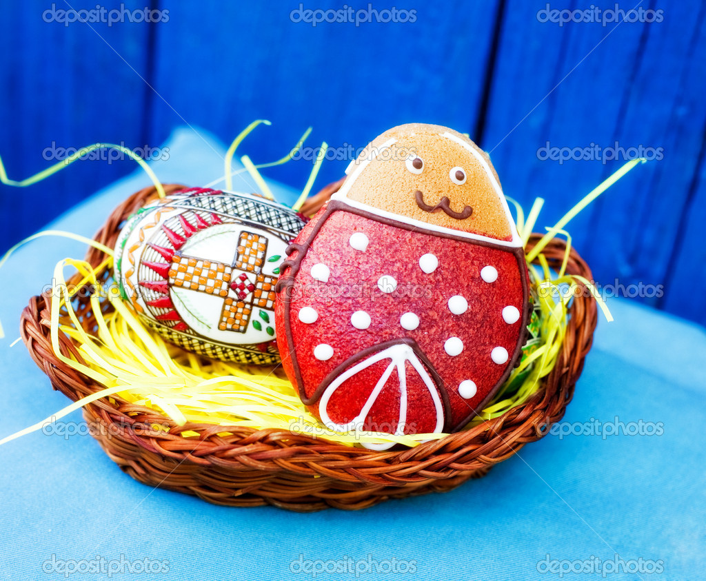 Easter festive egg and cookie biscuit in basket — Stock Photo #9932715