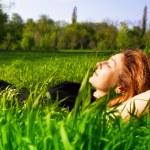 mujer Serena relajarse al aire libre en la hierba fresca — Foto de Stock   #9980690